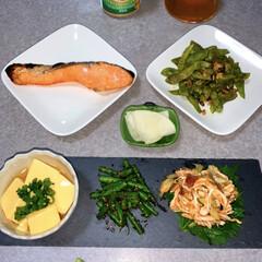 簡単レシピ/晩ごはん/ダイエット食/低糖質/晩酌ご飯/おうちごはん/... 晩酌ご飯です。 焼き鮭。枝豆のペペロンチ…