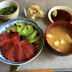 お昼ゴハン/ご飯/暮らし/簡単ご飯 切って乗せるだけの簡単ご飯。マグロ丼です…