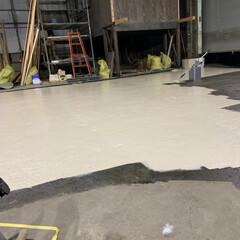 ガレージ/車庫/秘密基地/大人の秘密基地/男の秘密基地/男前インテリア/... そんでもって床塗り! ガレージの床の塗料…