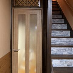 リクシルドア/セリア/100均/DIY/住まい/リフォーム 階段に壁紙を貼って 廊下にドアをつけまし…