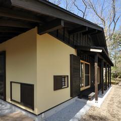 屋根/外壁/土壁/樹脂/杉板/下見板/...  土塗り壁風に見える部分に2帖の茶室が設…