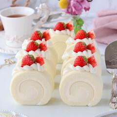 ホワイトチョコレート/手作りケーキ/手作りおやつ/手作りデザート/手作りスイーツ/手作りお菓子/... 🍓もちもちホワイトチョコロールケーキ  …(1枚目)