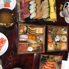 食事情 今年のおせち。 お寿司とおせちをネット注…(1枚目)