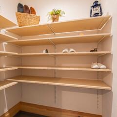 大久保工務店/新築/注文住宅/シューズクローク/可動棚/自然素材 可動棚の棚板の高さは使い勝手に合わせて変…
