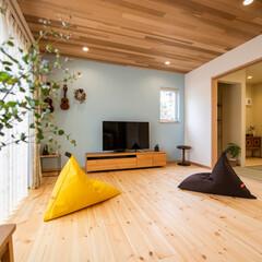 自然素材/無垢/無垢フローリング/パイン/塗り壁/カオリン/... リビングは、天井のレッドシダーの羽目板が…