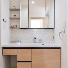 洗面化粧台/モザイクタイル/小棚/珪藻土/塗り壁/パイン/... モザイクタイルをあしらい、清潔感のある洗…