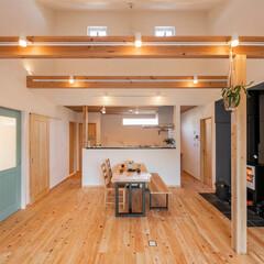 新築/注文住宅/自然素材/薪ストーブ/ヒノキ/無垢フローリング/... 水色の扉がアクセント。勾配天井でゆったり…