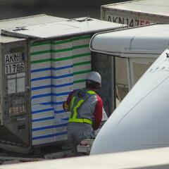 飛行機/グランドハンドリング/グラハン/航空/航空貨物/空港/... いったい何が積まれていくんだろう… 発泡…