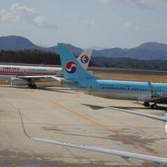 航空写真/大韓航空/中国東方航空/広島空港/駐機場/飛行機/... またね! お互い頑張ろう!
