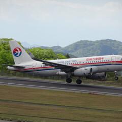 飛行機/航空写真/広島空港/中国東方航空/空港/離陸/... おっとっと 浮いた瞬間斜めに… 広島空港…