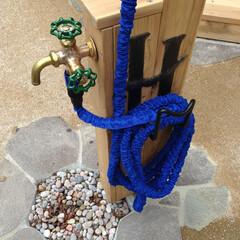 パーゴラ/散水栓/立水栓/ガーデンシンク/散水ホース/ホースハンガー/... お庭の風景に馴染むように木カバーにしてパ…