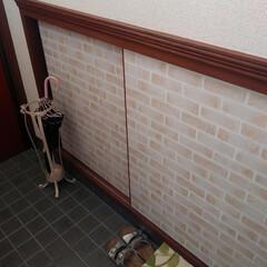 洗面台リメイク/トイレの扉/靴箱/レンガ柄/ダイソーリメイクシート/令和元年フォト投稿キャンペーン 作り付けの靴箱や トイレのドアに貼ったリ…