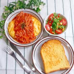 トマトソース/チーズオムレツ/トースト/パンランチ/お昼ごはん/おうちごはん/... 今日の昼ごはんでした✨