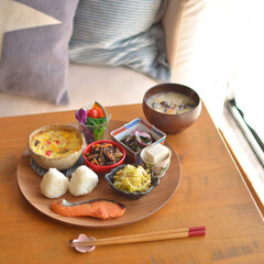 体に優しいご飯/おうちカフェ/LIMIAおうちごはんクラブ/LIMIA手作りし隊/おうちごはん/ご飯/... 鮭とおにぎりのワンプレートでお昼ごはん(…