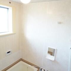浴室再生/リメイクシートで大変身 浴室の壁はひび割れ、黒いカビで覆われてい…