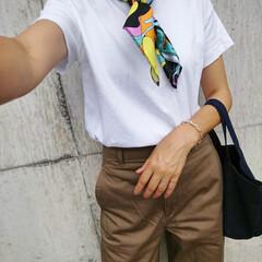シンプルコーデ/大人カジュアル/カジュアルコーデ/ママコーデ/ママファッション/カーブパンツ/... 暑いけどスカーフ! けど、これLUSHの…