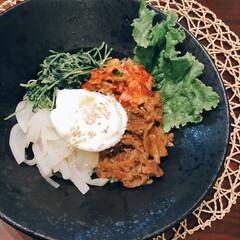 テレワークランチ/簡単ご飯/野菜たっぷり/ふたりごはん/ビビンバ風/レンジで半熟卵/... 簡単ビビンバ風ごはん。味付きプルコギ、レ…