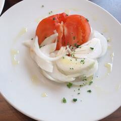 副菜レシピ/新玉ねぎを使ったレシピ/新玉ねぎ 新玉葱スライスにトマト、オリーブオイルと…