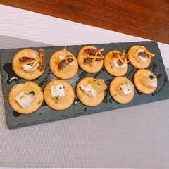 クラッカー/おつまみ/クリームチーズ/ドライフルーツ クラッカーにクリームチーズ、ドライフルー…