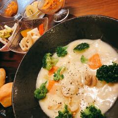 青森県陸奥湾産 冷凍ベビーホタテセット(ギフトセット)を使ったクチコミ「ベビーホタテを使ってシチュー。パンはコス…」