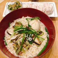茹でどり/とんこつラーメン/うまかっちゃん/おうちごはん/時短レシピ よるは、袋麺。うまかっちゃんをいただきま…