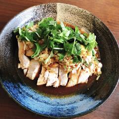 ヘルシーレシピ/むね肉レシピ/よだれ鶏/おうちごはん/時短レシピ よだれどり。茹でた胸肉に、しょうゆ、酢、…