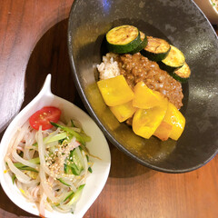 S&B とろける濃いカレー 中辛 175g×5個(イカ惣菜、加工品)を使ったクチコミ「夏野菜添えキーマカレー。にんにく鷹の爪を…」
