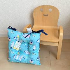 キコリの小イス ナチュラル 木製 ミニチェア 子供用 椅子(ベビーラック、チェア)を使ったクチコミ「ダイソーで見つけた可愛いキッズクッション…」(1枚目)