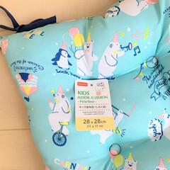 キコリの小イス ナチュラル 木製 ミニチェア 子供用 椅子(ベビーラック、チェア)を使ったクチコミ「ダイソーで見つけた可愛いキッズクッション…」(3枚目)