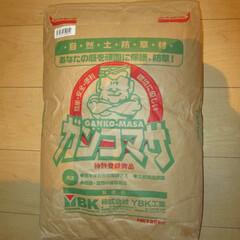 ガンコマサ/自然土防草材/雑草対策/水をかけると固まる砂/Amazon/商品紹介/... ガンコマサ25kg。  隣の家との境目が…
