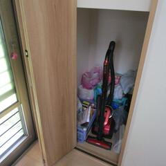 キッチン壁紙/掃除機収納 場所は台所です。 階段の下が収納スペース…
