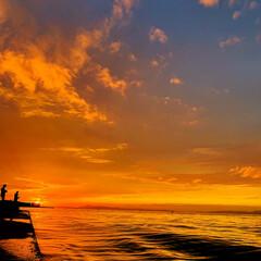 海/夕焼け/景色/夕陽/朱色/おでかけ/... 朱色の夕陽が海を照らして 神秘的な景色で…