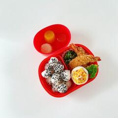 お弁当/子供弁当/ランチ/エビフライ/野菜大好き/わたしのごはん コロコロごま塩おにぎり エビフライ タマ…