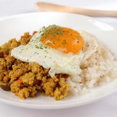 栄養満点/ヘルシー/女子/キーマカレー/きのこ/美味/... ・初めてのキーマカレー🌼  ・鶏挽き肉と…(1枚目)