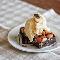 スイーツ/sweets/おやつ/お菓子/お菓子作り/チョコレート/... 低糖質ブラウニーにアイスをトッピングしま…
