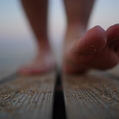 おでかけワンショット/足跡/足/旅人/行先 これからの道を どう歩けばよいのか 迷っ…