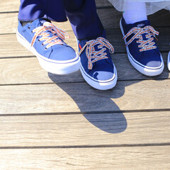 ペアルック/靴/散歩/おでかけワンショット 一緒に遊びに行くためにおそろいの靴を新し…