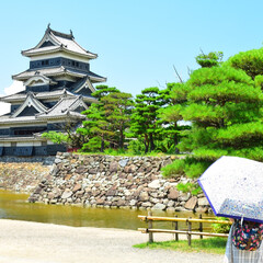 城/日傘/城下町/夏/おでかけワンショット 長野の松本城を少し離れて見学しています。…