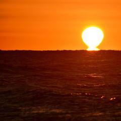 日出/朝日/砂浜/朱色 日出の写真です。