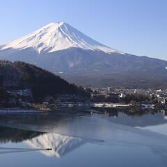 富士山/河口湖/雪の富士山/山梨県/河口湖町/わたしのお気に入り 冬の河口湖。湖の一部が凍る河口湖畔に映る…