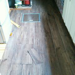 DIY/ビンテージ風/床 補修した床の上にフロアタイル貼り。ビンテ…