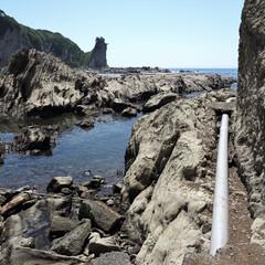 危険/足元注意/海/岩場/おでかけワンショット 足元注意!   海沿いを歩いていたら・・…