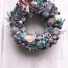 飾り/松ぼっくり/クリスマス🎄🎅/リース作り/玄関ドア/手作り/... クリスマスリース作りました。 玄関ドアに…