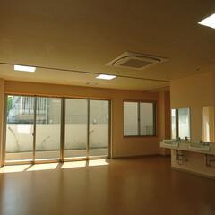 カーペット/コルクタイル/照度/採光 照明と採光を十分に確保、天井高さを取り、…