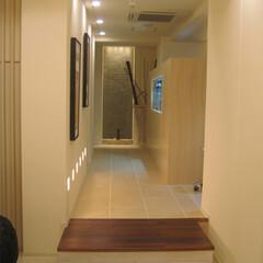 漆喰壁/磁器タイル/明るい木目調家具 白の漆喰壁と磁器タイル、明るい木目家具を…