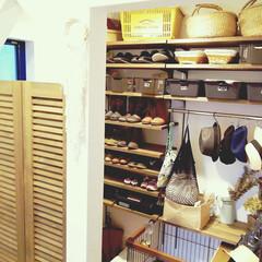 玄関/シューズクローク/ルーバー/カフェ風インテリア/靴の収納 玄関を入るとルーバー扉。 その奥がシュー…