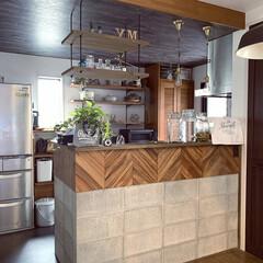 吊り棚/下がり天井/キッチンカウンター/コンクリートブロック/カフェ風インテリア/キッチン/... キッチンはダイニングの天井よりも少し下げ…(1枚目)