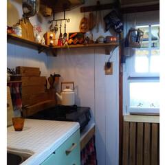 インテリア/油はねガード/収納アイデア/ウォールシェルフ/板壁/白タイル/... 暗く狭い台所の我が家ですが! お気に入り…