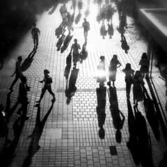 人/影/モノクロ/街/おでかけワンショット この写真はとある駅の窓から撮影したもので…