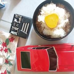 みんなにおすすめ 炊きたて御飯に、卵を二個割り、醤油を注ぎ…